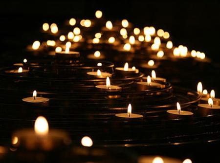 Encesa d'espelmes contra la violència de gènere